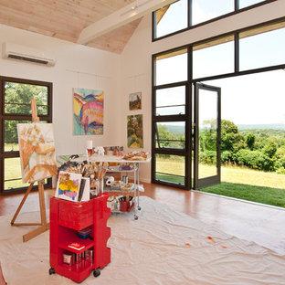 Aménagement d'un bureau contemporain de type studio avec un mur blanc et un sol en contreplaqué.