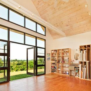На фото: домашняя мастерская в современном стиле с белыми стенами и полом из фанеры