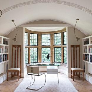 バークシャーのトランジショナルスタイルのおしゃれなホームオフィス・仕事部屋 (ライブラリー、白い壁、無垢フローリング、暖炉なし、自立型机、ベージュの床) の写真