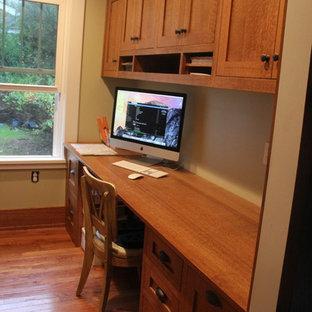 Immagine di un ufficio american style di medie dimensioni con pareti beige, pavimento in legno massello medio, nessun camino e scrivania incassata