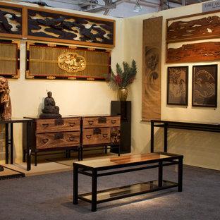 Asiatisk inredning av ett stort hemmastudio, med ett fristående skrivbord