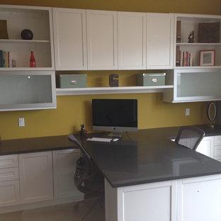 Foto di un ufficio chic di medie dimensioni con pavimento in legno massello medio e scrivania incassata