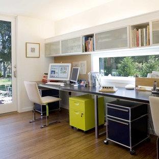 ニューヨークのモダンスタイルのおしゃれなホームオフィス・書斎 (竹フローリング) の写真