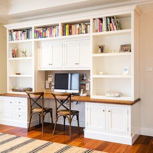 Inspiration för ett vintage arbetsrum, med ett inbyggt skrivbord