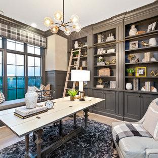 シンシナティのトランジショナルスタイルのおしゃれな書斎 (ベージュの壁、淡色無垢フローリング、自立型机、ベージュの床) の写真