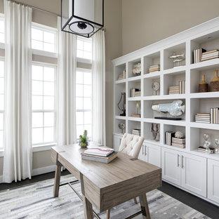 オースティンのトランジショナルスタイルのおしゃれなホームオフィス・仕事部屋 (ベージュの壁、自立型机、黒い床) の写真