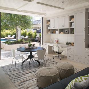 Immagine di un grande studio tradizionale con pareti bianche, parquet chiaro e scrivania incassata