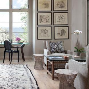 Uriges Arbeitszimmer mit grauer Wandfarbe, freistehendem Schreibtisch und hellem Holzboden in Denver