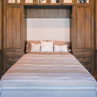 Ispirazione per un ampio studio chic con libreria, pareti beige, pavimento in bambù, scrivania incassata e pavimento marrone