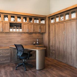Idee per un ampio studio classico con libreria, pareti beige, pavimento in bambù, scrivania incassata e pavimento marrone