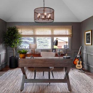 Immagine di un ufficio bohémian di medie dimensioni con pareti verdi, pavimento in legno massello medio, nessun camino, scrivania autoportante e pavimento marrone