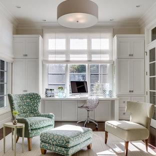 Inspiration för klassiska arbetsrum, med beige väggar och ett inbyggt skrivbord