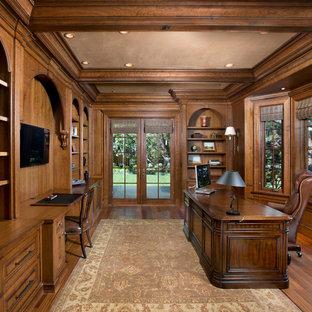 Großes Klassisches Arbeitszimmer ohne Kamin mit braunem Holzboden, freistehendem Schreibtisch, brauner Wandfarbe und braunem Boden in San Francisco