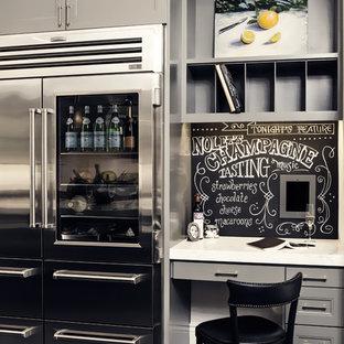 Diseño de despacho tradicional, pequeño, con paredes grises, suelo de pizarra y escritorio empotrado