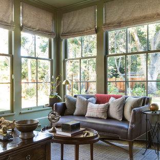 サンフランシスコの中サイズのトランジショナルスタイルのおしゃれな書斎 (緑の壁、濃色無垢フローリング、自立型机、茶色い床) の写真