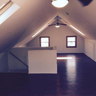 Ejemplo de estudio moderno, de tamaño medio, con paredes blancas y suelo de madera oscura