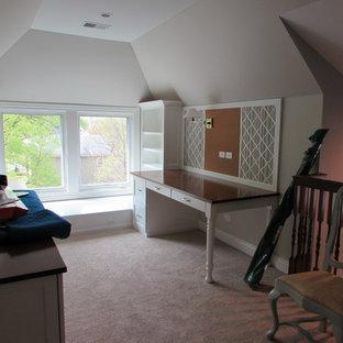 Idée de décoration pour un bureau atelier victorien de taille moyenne avec un mur beige, moquette, aucune cheminée, un bureau intégré et un sol beige.