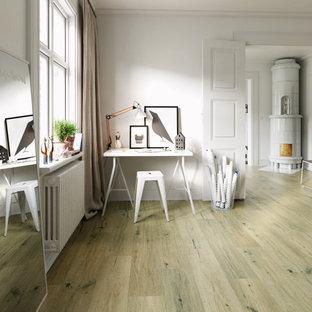 Ispirazione per un grande atelier nordico con pareti bianche, pavimento in laminato, camino ad angolo, cornice del camino in legno, scrivania incassata e pavimento beige