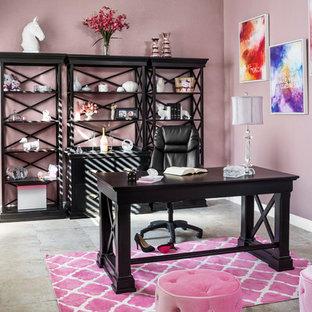 Idéer för att renovera ett stort vintage hemmastudio, med rosa väggar, klinkergolv i keramik och ett fristående skrivbord