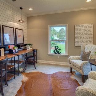 ジャクソンビルの中くらいのカントリー風おしゃれなホームオフィス・書斎 (ベージュの壁、ラミネートの床、暖炉なし、自立型机) の写真