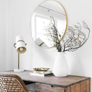 Ispirazione per un piccolo ufficio stile marinaro con pareti bianche e scrivania autoportante
