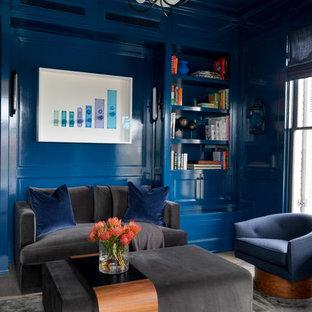 Foto di un grande studio tradizionale con pareti blu, pavimento grigio e libreria