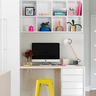 Foto på ett litet funkis arbetsrum, med ett inbyggt skrivbord