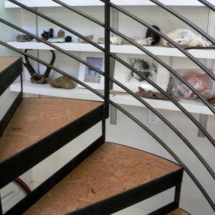 Inredning av ett industriellt litet hemmastudio, med vita väggar, korkgolv, ett fristående skrivbord och orange golv