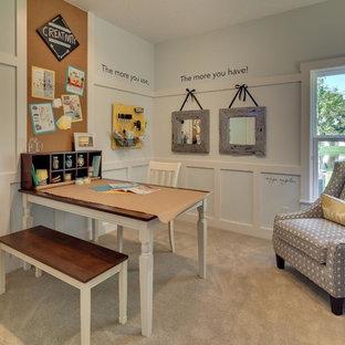 Immagine di una stanza da lavoro chic di medie dimensioni con pareti blu, moquette, nessun camino e scrivania autoportante