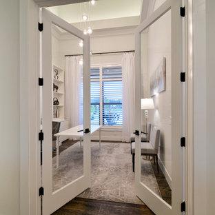 Cette image montre un bureau traditionnel de taille moyenne avec un mur gris, un sol en carrelage de porcelaine, un bureau intégré, un sol marron et un plafond décaissé.