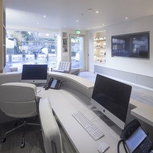 チェシャーの大きいコンテンポラリースタイルのおしゃれなアトリエ・スタジオ (白い壁、セラミックタイルの床、造り付け机) の写真