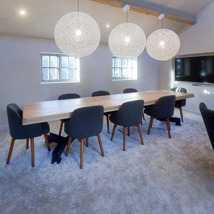Idee per un grande atelier design con pareti bianche, pavimento con piastrelle in ceramica e scrivania incassata