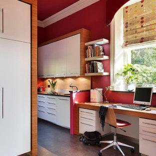 Ispirazione per un ufficio minimal di medie dimensioni con pareti rosse, pavimento in vinile, nessun camino e scrivania incassata