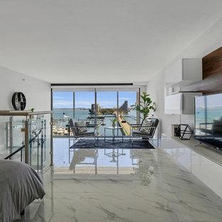 Ejemplo de despacho actual, de tamaño medio, sin chimenea, con paredes grises, suelo de mármol, escritorio independiente y suelo blanco