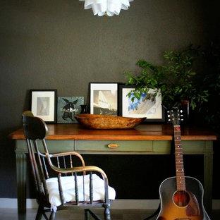 Immagine di un piccolo ufficio eclettico con pareti grigie, scrivania autoportante, pavimento in pietra calcarea e nessun camino