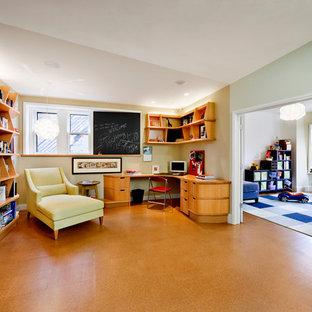ボストンのコンテンポラリースタイルのおしゃれなホームオフィス・書斎 (造り付け机、コルクフローリング) の写真