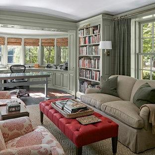 ニューヨークの広いトラディショナルスタイルのおしゃれな書斎 (緑の壁、濃色無垢フローリング、暖炉なし、自立型机) の写真