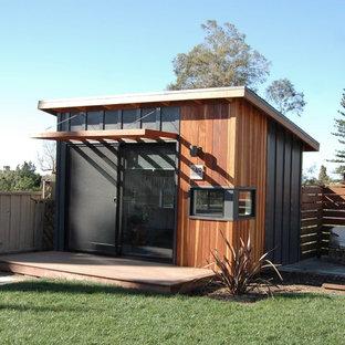 Idéer för ett litet modernt hemmastudio, med vita väggar, bambugolv och ett inbyggt skrivbord