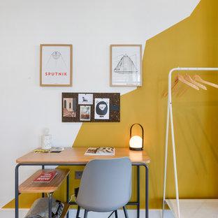 ロンドンの小さいエクレクティックスタイルのおしゃれな書斎 (白い壁、自立型机、茶色い床) の写真