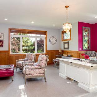 Idéer för stora vintage arbetsrum, med rosa väggar, heltäckningsmatta, en standard öppen spis, en spiselkrans i sten och ett fristående skrivbord