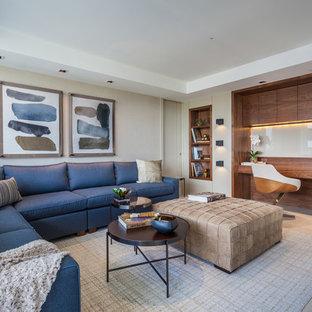 マイアミの大きいコンテンポラリースタイルのおしゃれなホームオフィス・書斎 (ベージュの壁、セラミックタイルの床、造り付け机、ベージュの床、ライブラリー、暖炉なし) の写真