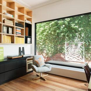 Exemple d'un bureau tendance de taille moyenne avec un mur blanc, un sol en bois brun, aucune cheminée et un bureau indépendant.