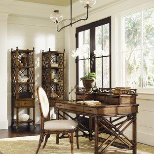 Idée de décoration pour un bureau ethnique de taille moyenne avec un mur beige, un sol en bois brun, aucune cheminée et un bureau indépendant.