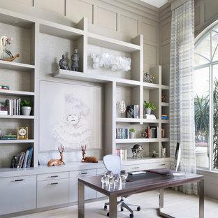 マイアミの大きいトランジショナルスタイルのおしゃれな書斎 (グレーの壁、自立型机、淡色無垢フローリング、ベージュの床) の写真
