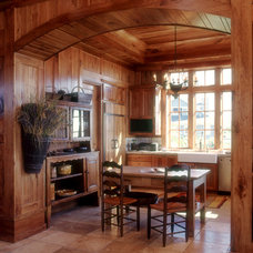 Traditional Home Office by Solaris Inc.