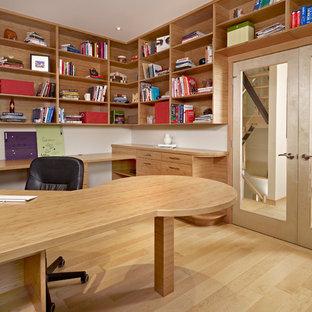 Cette photo montre un bureau tendance de taille moyenne avec un mur beige, un sol en bambou, aucune cheminée et un bureau intégré.