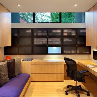 ローリーの中くらいのコンテンポラリースタイルのおしゃれな書斎 (白い壁、竹フローリング、造り付け机) の写真