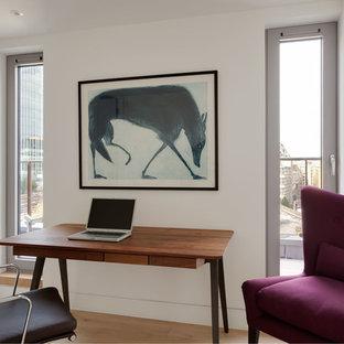 ロンドンの中サイズのモダンスタイルのおしゃれな書斎 (白い壁、淡色無垢フローリング、暖炉なし、自立型机、ベージュの床) の写真