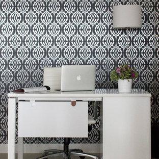 Ispirazione per un piccolo studio minimal con pareti multicolore e scrivania autoportante