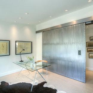 Esempio di un atelier minimalista con pareti bianche, pavimento in gres porcellanato, nessun camino e scrivania autoportante